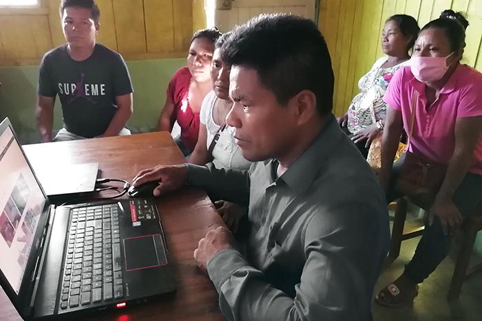 FECONAFROPU members try their new satellite internet. (Credit: SCIOA)