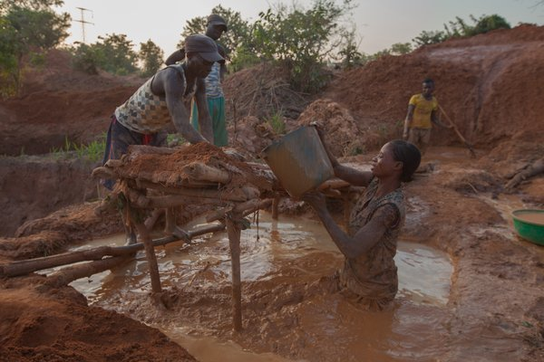 Artisanal miners working in the Democratic Republic of Congo. (Credit: Pact)