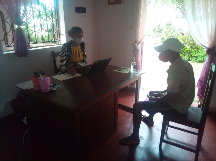 A jurist receiving a visitor in the legal clinic of Maroantsetra. Credit: AVG.